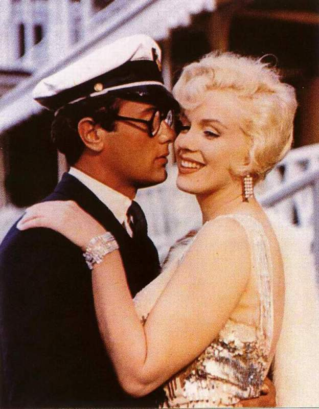 Tony Curtis and Marilyn Monroe in the 1959 Smash--Some like it Hot